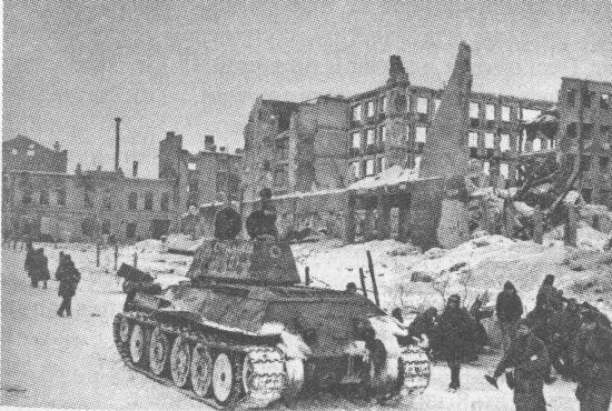 Танк Т-34 одной из частей Донского фронта на улице Сталинграда. Февраль 1943 года