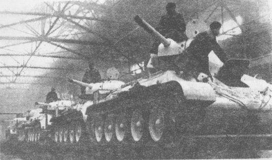 Принятые экипажами танки на железнодорожных платформах в сдаточном цеху завода № 183. Нижний Тагил, зима 1943 года