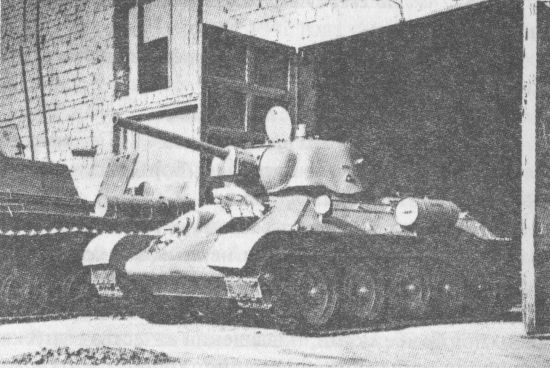 Танк Т-34 со штампованной башней производства УЗТМ покидает сборочный цех Челябинского Кировского завода. Август 1943 года