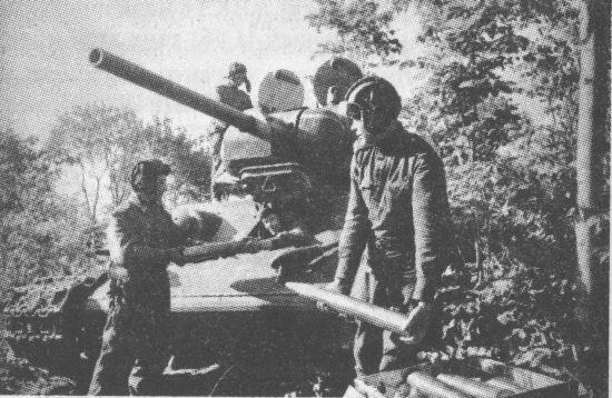 Загрузка боеприпасов в танк. Воронежский фронт, 1943 год