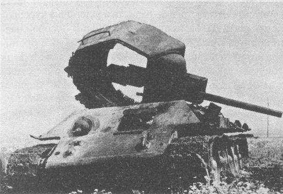 Боекомплект 76-мм выстрелов в танке Т-34 часто детонировал. У этой машины, сгоревшей на Курской дуге, взрывом боекомплекта не только сорвало башню, но и оторвало по сварке её крышу, а также сорвало крышку люка механика-водителя