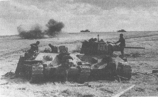 Ремонтники восстанавливают подбитый танк. Курская дуга, июль 1943 года. В качестве ремонтно-эвакуационных тягачей использовались танки Т-34 без башен