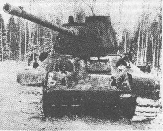 Танк Т-34, вооружённый 85-мм пушкой С-53 в стандартной «улучшенной» башне с диаметром погона 1420 мм. Гороховецкий полигон, декабрь 1943 года