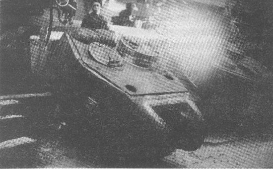 Приварка крыши к основе башни Т-34-85. Уралвагонзавод, 1944 год