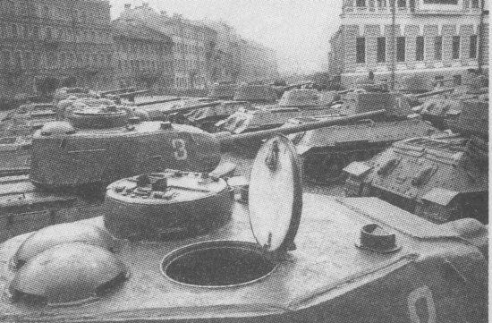 Танки Т-34 и Т-34-85 перед парадом в Ленинграде, 1945 год. На переднем плане башня танка 1944 года выпуска с двухстворчатой крышкой люка командирской башенки, приборами наблюдения МК-4 без броневых крышек и пушкой С-53. Вторая машина в этом ряду – выпуска 1945 года