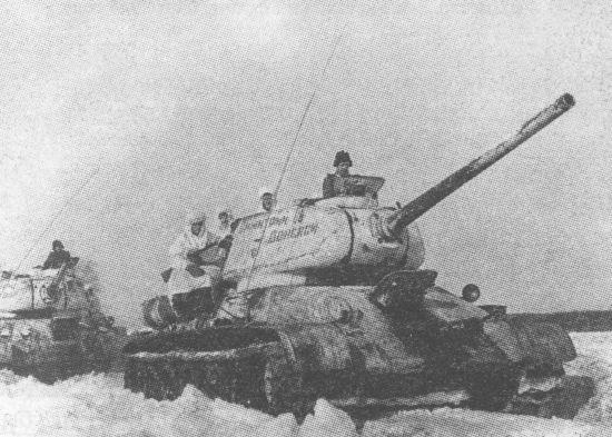 Танки Т-34-85 с пушками Д-5Т 38-й отдельный танковый полк. Танковая колонна «Димитрий Донской» была построена на средства Русской православной церкви. Зима 1944 года