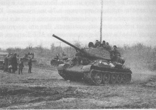 Колонна танков Т-34-85 с пушками Д-5Т на подступах к р.Днестр. 2-й Украинский фронт, март 1944 года