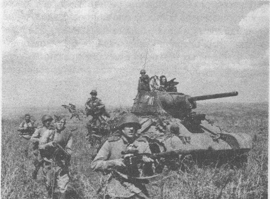 Мотострелки спешиваются с огнемётного танка ОТ-34. 15-я гвардейская механизированная бригада 4-го гвардейского механизированного корпуса, 3-й Украинский фронт, 1944 год