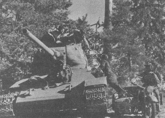 Мотоциклист передаёт донесение командиру 25-й гвардейской танковой бригады 2-го гвардейского танкового корпуса. Каунасское направление, июль 1944 года