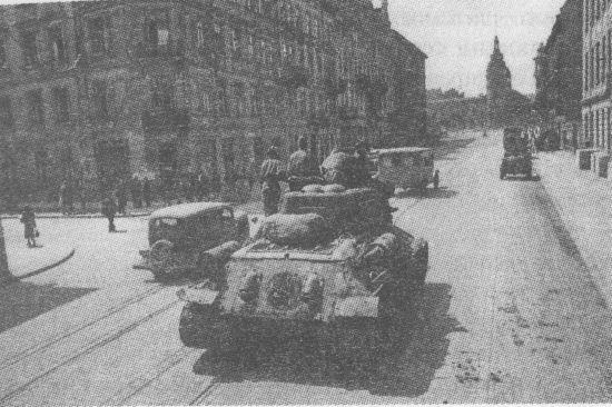 Танк Т-34-85 на улице Львова. 1944 год