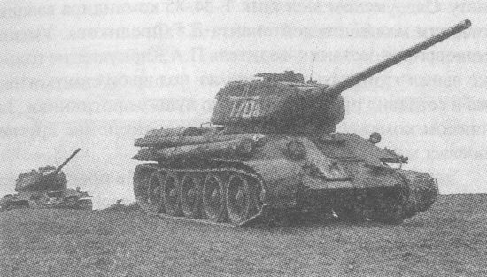 Танки Т-34-85 4-й гвардейской танковой бригады 2-го гвардейского танкового корпуса. 3-й Белорусский фронт. Восточная Пруссия, 1944 год. Бригады этого корпуса имели оригинальные тактические знаки, в которых буква над стрелой соответствовала первой букве в фамилии командира. 4-й бригадой командовал полковник О. А. Лосик, впоследствии <a href='https://arsenal-info.ru/b/book/3207925657/58' target='_self'>маршал бронетанковых войск</a>
