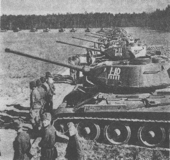 Танки Т-34-85 из состава 63-й гвардейской Челябинской танковой бригады 10-го гвардейского Уральского добровольческого танкового корпуса. 1944 год