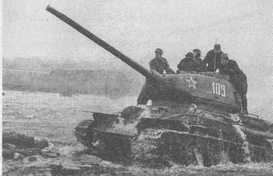 Т-34-85 позднего выпуска 1944 года. Нештатные грязевые щитки установлены, видимо, в ходе ремонта. Довольно редкий снимок, на котором хорошо видны полностью открытые «ресницы» – броневые крышки призм приборов наблюдения механика-водителя