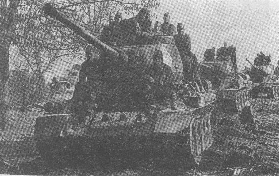 Танки Т-34-85 на подступах к Берлину. 1-й Белорусский фронт, апрель 1945 года