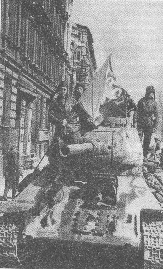 Т-34-85 в Берлине, май 1945 года, Машина поздних выпусков 1944 года с пушкой ЗИС-С-53 и креплением запасных траков на лобовой броне
