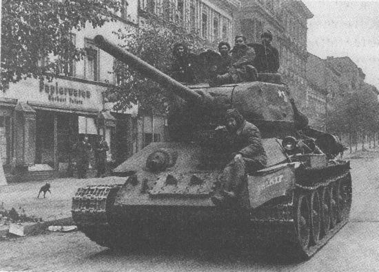 Танк Т-34-85 выпуска 1945 года на улице Берлина. Май 1945 года