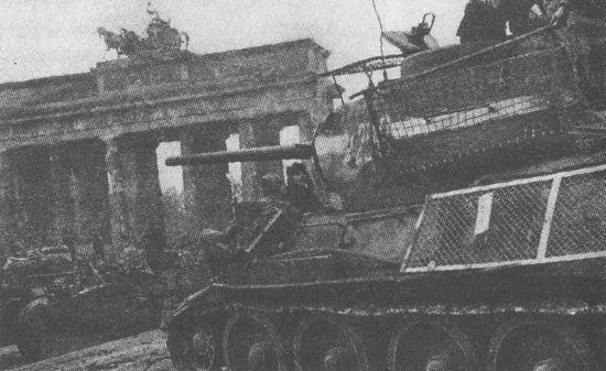 Т-34-85 у Бранденбургских ворот. Накануне штурма Берлина силами танкоремонтных мастерских было изготовлено большое количество противокумулятивных экранов разного типа. При этом вопреки утверждениям, встречающимся в иностранной литературе, «кроватные сетки» не использовались