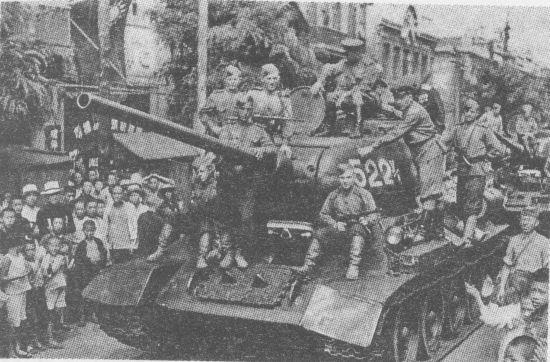 Советские танки в Дайрене. 7-й механизированный корпус, 6-я гвардейская <a href='https://arsenal-info.ru/b/book/1523244298/21' target='_self'>танковая армия</a>. 24 августа 1945 года