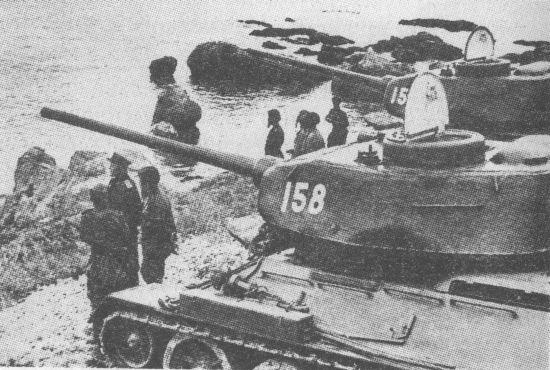 «И на Тихом океане свой закончили поход». Район Даляня, август 1945 года. На снимке танки Т-34-85 с низкой командирской башенкой позднего типа