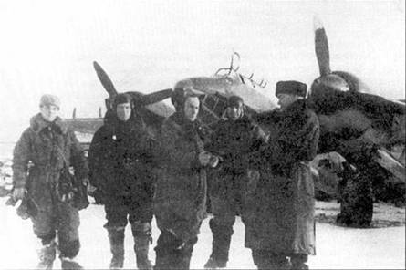 Командир 12-го В АП М. П. Васякин (третий слева) получает боевое задание.