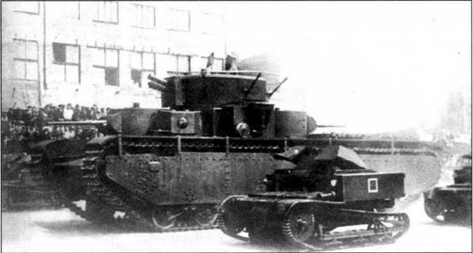 Танкетки Т-27 сопровождают тяжелый танк Т-35 на параде в Харькове 7 ноября 1933 года