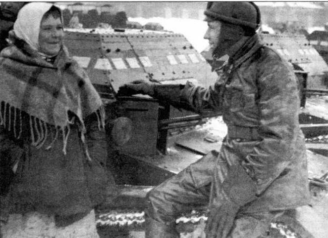 Сидя на танкетке Т-27, танкист беседует с местным населением. 1932 год (в центре). На машине нанесены тактические обозначения, принятые в Красной Армии в 1932— 1938 годах