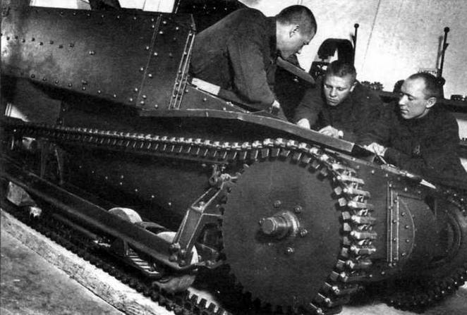 Красноармейцы изучают конструкцию танкетки Т-27. 1934 год