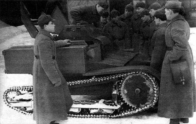 Красноармейцы знакомятся с устройством танкетки Т-27. Ленинградский военный округ, ноябрь 1939 г.