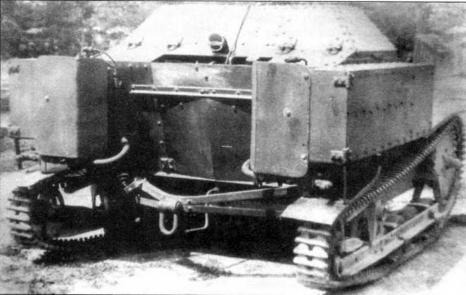 Огнеметная танкетка ХТ-27. Хорошо видны кожуха, прикрывающие баллоны с огнесмесью и трубопроводы ее подачи