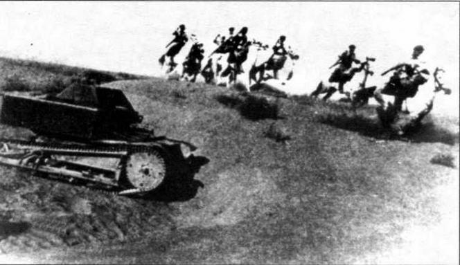 Танкетка Т-27 поддерживает атаку кавалерии