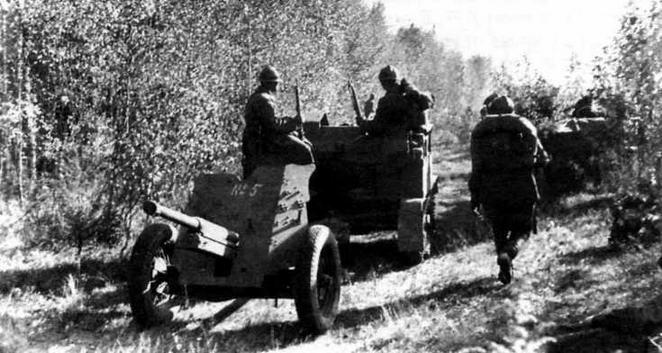 Танкетка-тягач Т-27 с 45-мм пушкой на буксире. 1939 г.
