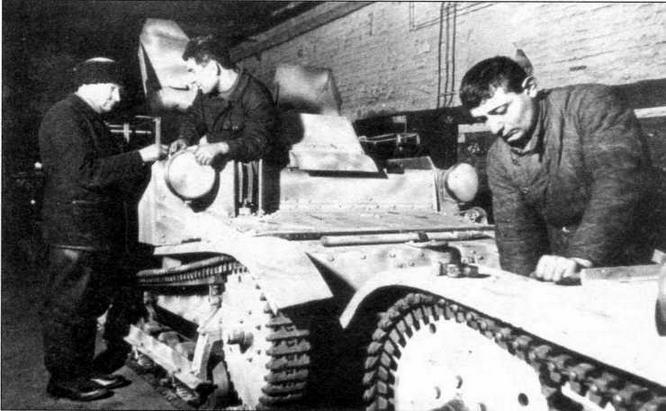 Ремонт танкеток Т-27 на одном из предприятий Москвы. 1941 г.