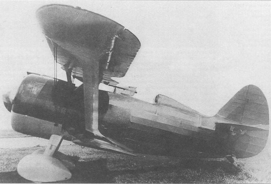 И-15бис серии 1938 г. в стандартной окраске, где нижняя часть капота и обтекатели шасси имеют матовый серо-серебристый цвет