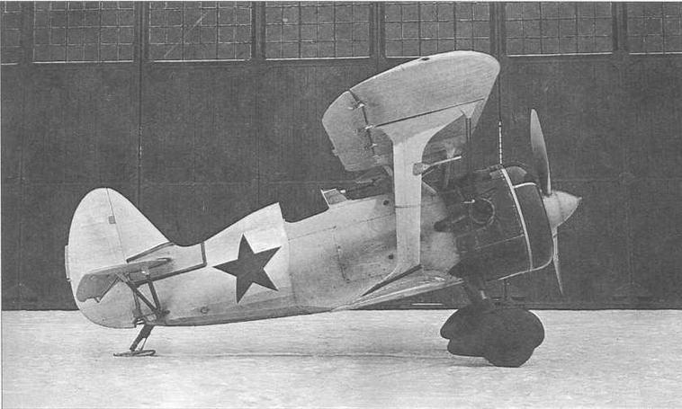 И-15бис ТК, заводской №3687, после прохождения государственных испытаний, конец 1939 г. Носовая часть самолета и обтекатели шасси наиболее вероятно окрашены красным цветом. Самолет был оборудован воздушным винтом американского производства, о чем свидетельствуют значки фирмы «Гамильтон» на лопастях (МЖ)