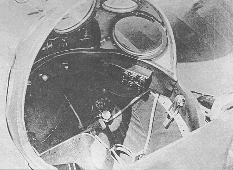 Вид гермокабины внутри. На правом борту виден замок, стягивающий крышку гермокабины в закрытом положении