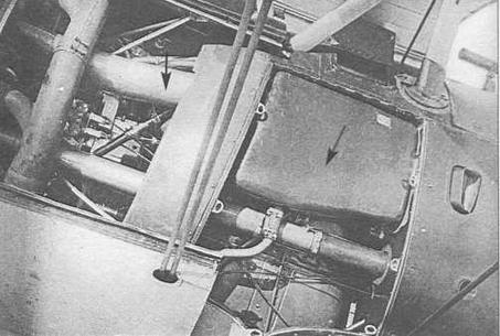 Левый борт И-15бис №3615 со снятой обшивкой. Стрелка указывает на дополнительный масляный бак емкостью 25 литров. Вторая стрелка обозначила патрубок охлаждения маслобака, который в передней части «подныривает» под выхлопной коллектор двигателя