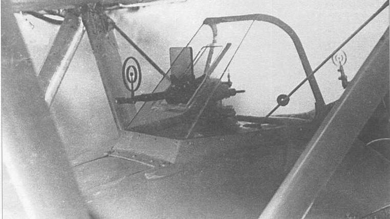 Козырек передней кабины ДИТ практически полностью позаимствован с самолета И-153. Коллиматорный прицел ПАК-1 дополнен механическим кольцевым прицелом