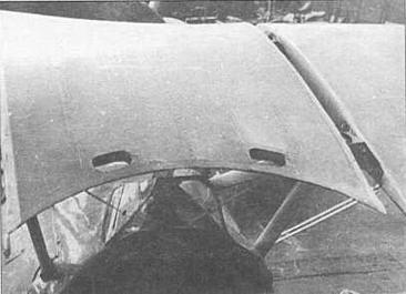 Центроплан верхнего крыла ДИТ имел отверстия в районе задней кромки, чтобы держаться при посадке в переднюю кабину. На представленном снимке стыки соединения верхнего крыла и центроплана не закрыты металлической лентой