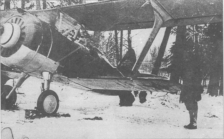 Стандартный И-15бис перед вылетом. Снимок наиболее вероятно сделан поздней осенью, т.к. колеса еще не заменены на лыжи