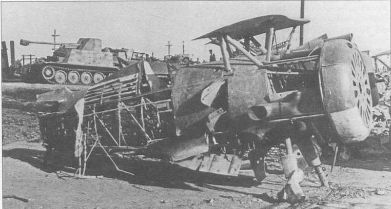 Брошенный «бис» на фоне немецких самоходок. Лето 1942 г. (РГАКФД)