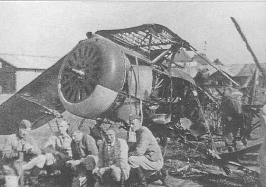 Немецкая аэродромная команда отдыхает у разбитого «биса» (ГП)