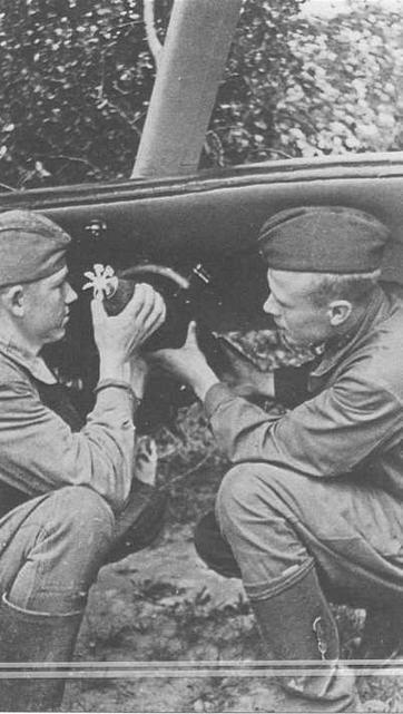 Техник-лейтенант Н.К.Вертебный и сержант В.Я.Бартков устанавливают авиабомбу АО-10 на держатель ДЕР-32. Западный фронт 1942 г. (РГАКФД)