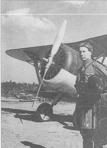 Неизвестный летчик в звании старшего лейтенанта позирует на фоне своей боевой машины