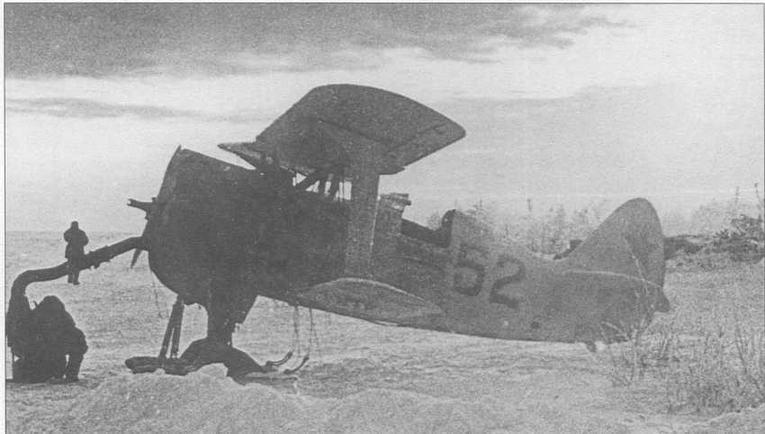 И-15бис с бортовым номером «52» в зимней окраске. Ведется подогрев двигателя М-25В перед запуском при помощи специальной печки. Зима 1941-42 гг.