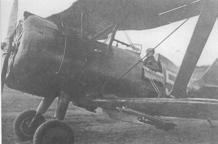 И-15бис с подвешенным под фюзеляжем контейнером для размещения матерчатого «конуса», служащего мишенью при проведении тренировочных стрельб. Под нижним крылом на направляющих установлены реактивные снаряды РС-82. 1943 год (ГП)