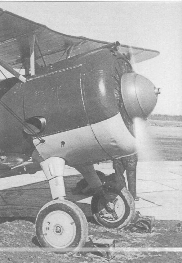 Запуск двигателя М-25В на самолете И-15бис в 13-м оаэ КБФ. Под колесами установлены i деревянные колодки. На внутренней поверхности более удаленного от наблюдателя колеса видны ; «лепестки» крепления обтекателя, традиционно отсутствующего в практической эксплуатации (ГП)
