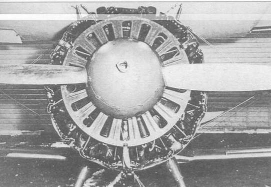 Лобовая часть мотоустановки И-15бис со снятым капотом. Отверстия охлаждения на переднем диске полностью открыты