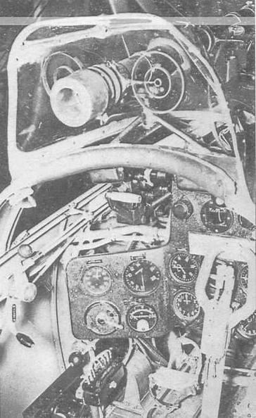 Фрагмент пилотской кабины, где видны рычаги управления двигателя, приборная доска, прицел ОП-1 с закрепленным на нем кольцевым прицелом КП-5
