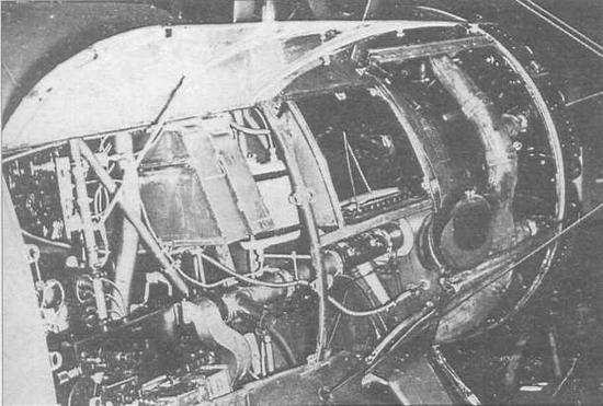 Бортовые крышки передней части фюзеляжа поднимались вверх и фиксировались при проведении техобслуживания