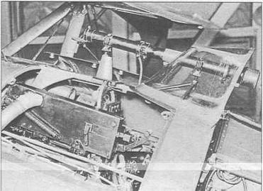 Вид на левый верхний пулемет ПВ-1 и прицел ОП—1 с открытой передней предохранительной крышечкой